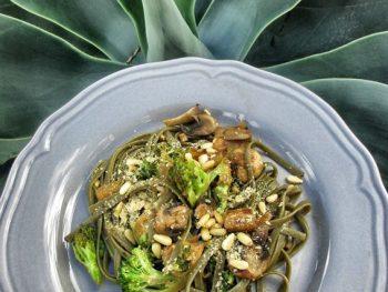 Tallarines de espirulina con verduritas al wok
